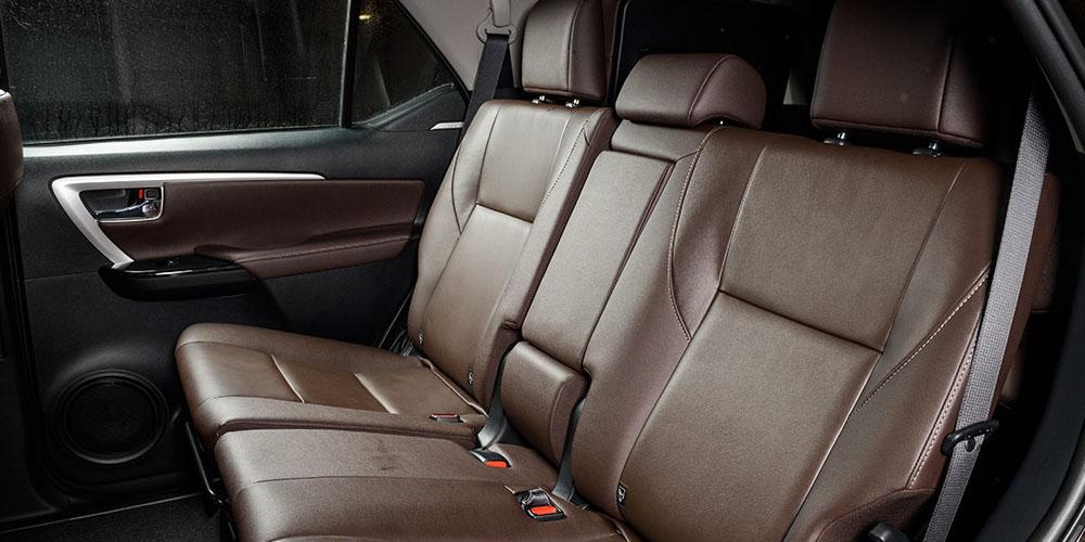 Второй ряд сидений в Toyota Fortuner вполне комфортен.