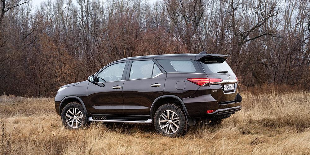 Фото Toyota Fortuner - вид с другой стороны.