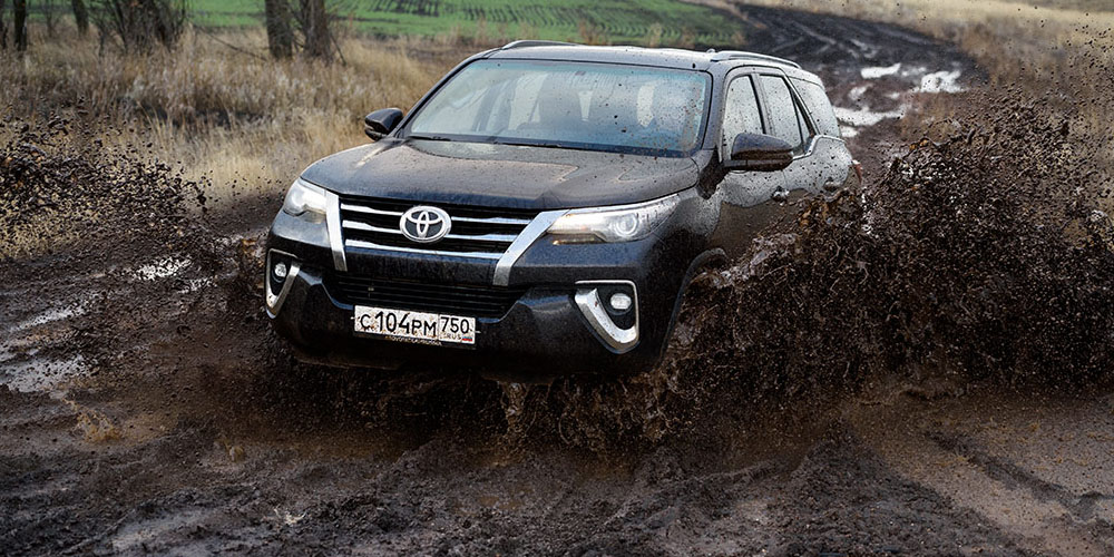 На Toyota Fortuner можно смело съезжать с асфальта.