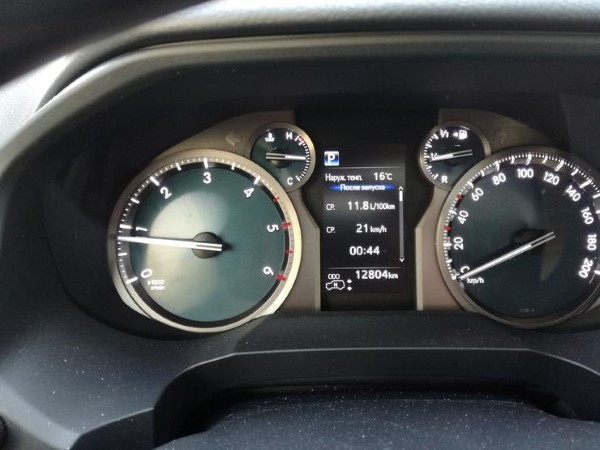 Фото Toyota Land Cruiser Prado - вид на приборную панель.