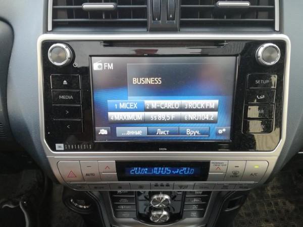 Фото Toyota Land Cruiser Prado - вид на экран мультимедиа.