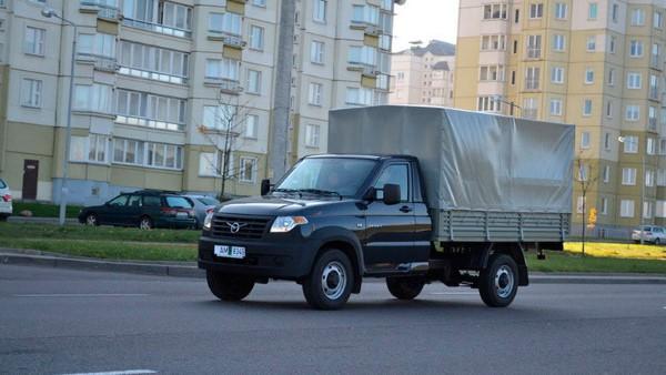 На фото УАЗ Профи во время движения по городу.