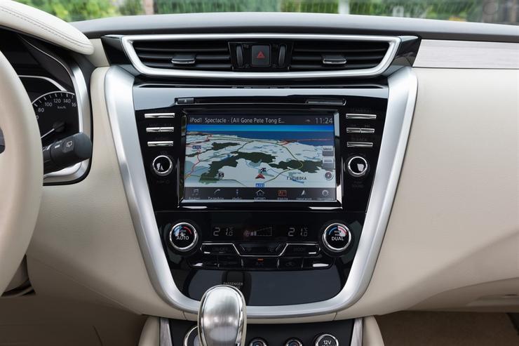 Фото Nissan Murano - вид на мультимедийную систему.