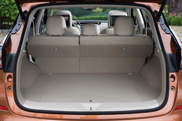 Фото Nissan Murano - вид на открытый багажник.