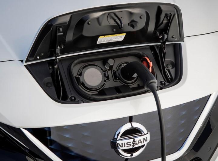 Заправочный разъем у электрокара Ниссан Лиф второго поколения находится спереди.