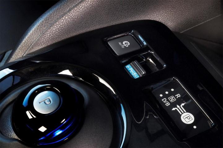 Кнопки управления режимами движения электрокара Ниссан Лиф второго поколения.